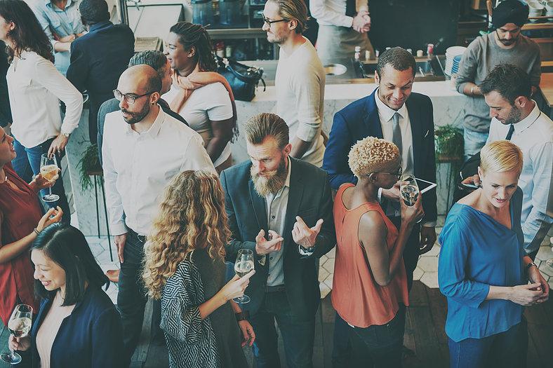 Mensen op een bedrijfsfeest