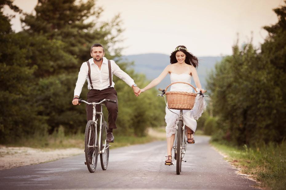 Pas getrouwd stel op fietsen