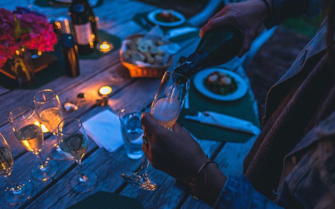 champagne inschenken bij tafel op een feest
