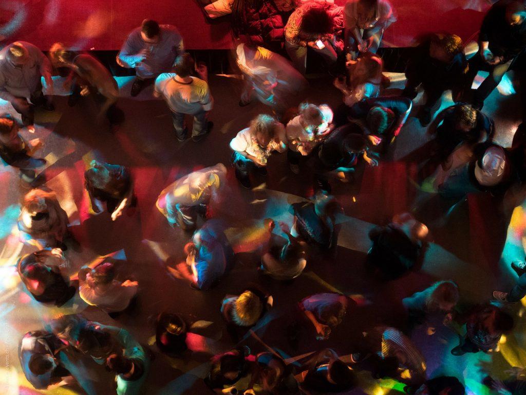 groep mensen van bovenaf op een feest