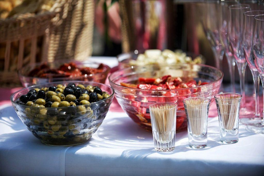 coctailprikkers, olijven en andere hapjes op tafel